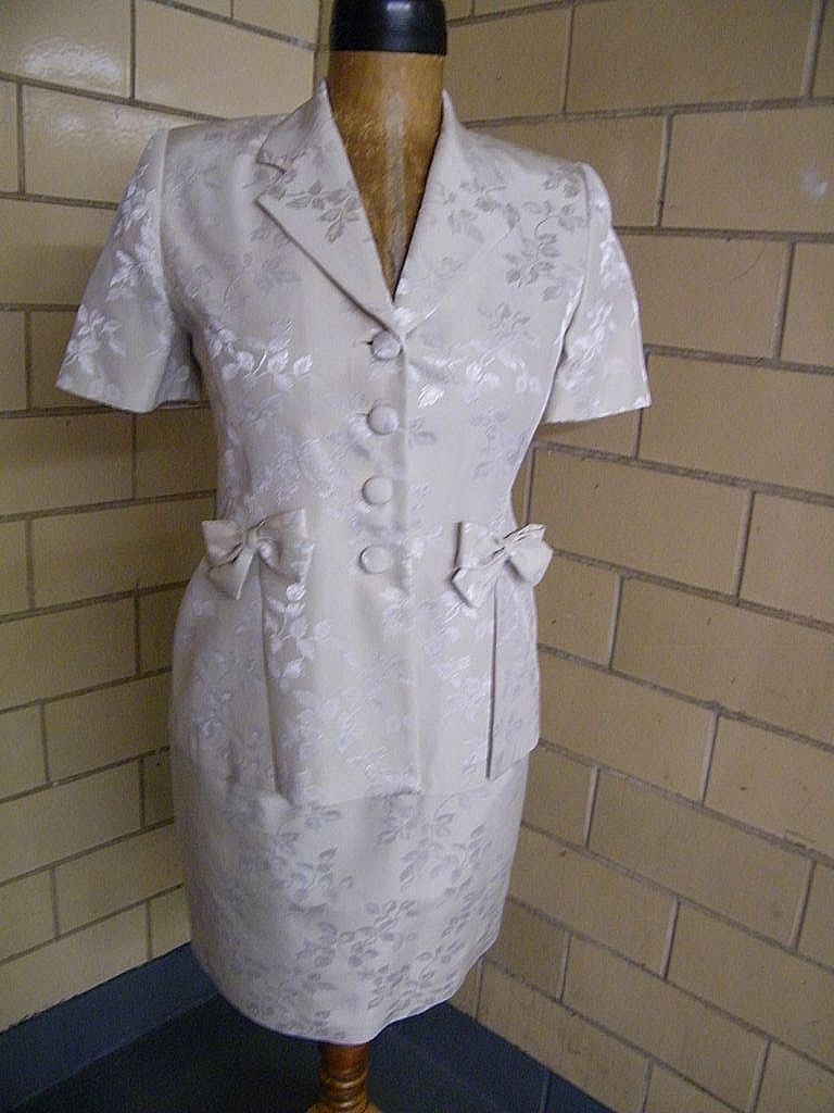 Light Beige Brocade Short Sleeve Suit With Bow Accents on Pockets...Novello-Bloom Suits..Size 10..Excellent Condition!