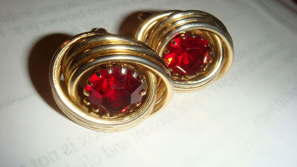 Beautiful Large Ruby Red Prong Set Rhinestone in Gold Tone Swirl Vintage SWANK Cufflinks