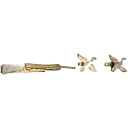 1950's Mother of Pearl Swank  Figural Hunting Rifle Tie Bar Flying Geese or Ducks Cufflinks