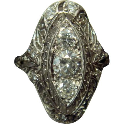 Exquisite Art Deco Diamond Ring in Platinum and 14k Gold