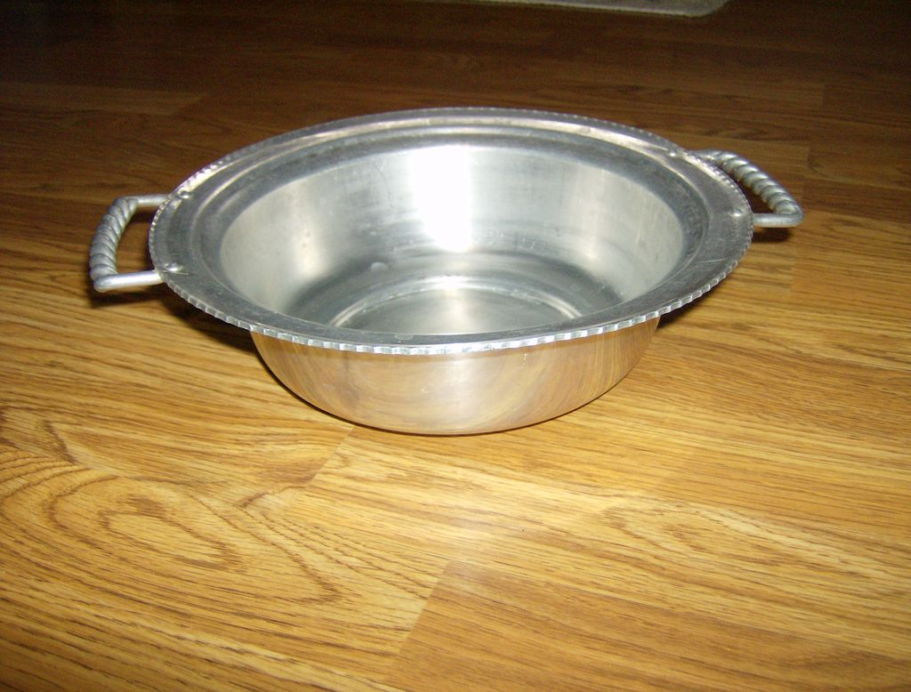 Buenilum Aluminum Bowl with Twisted Handles