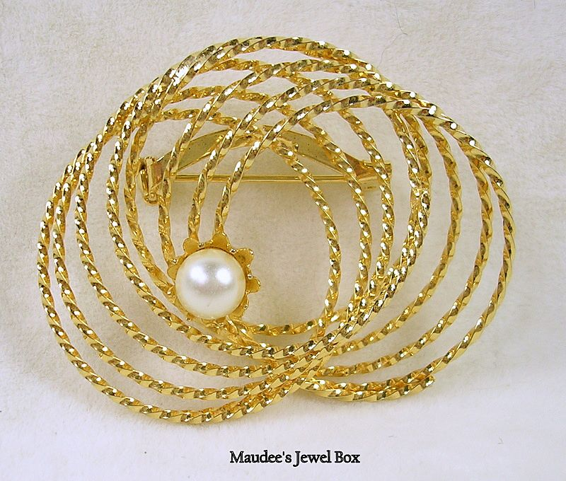 Vintage Circle Brooch Pin with Simulated Pearl in Goldtone