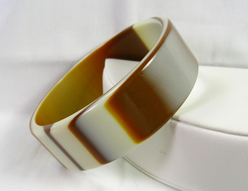 Beautiful Vintage Carmel and Vanilla Swirl Plastic Bangle Bracelet