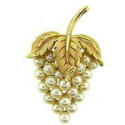 Signed crown Trifari vintage figural imitation pearls in a grape cluster design