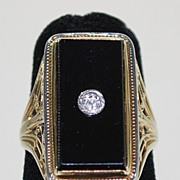 Vintage: 14K Gold Ladies Ring with Onyx & Diamond