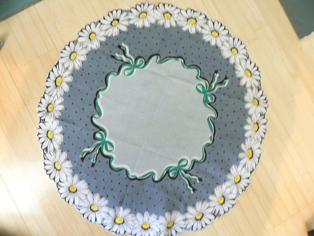 Vintage Round Handkerchief with Daisy Scalloped Border