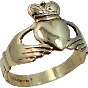 Pretty 9k Gold Claddagh Ring Size 6 1/2 Hands Clasping Heart