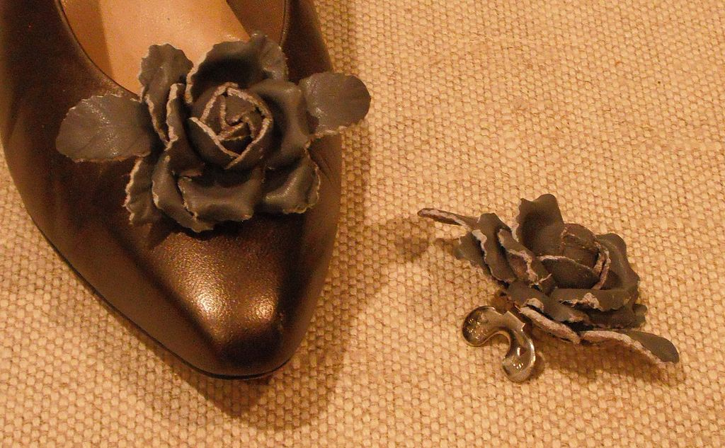 MUSI Shoe Clip –Small Charcoal Grey Leather Wild Rose with Leaves