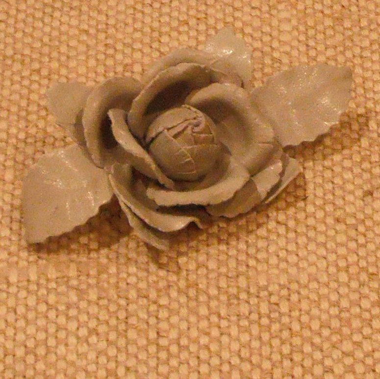 MUSI Shoe Clip –Small Dove Grey Leather Wild Rose with Leaves