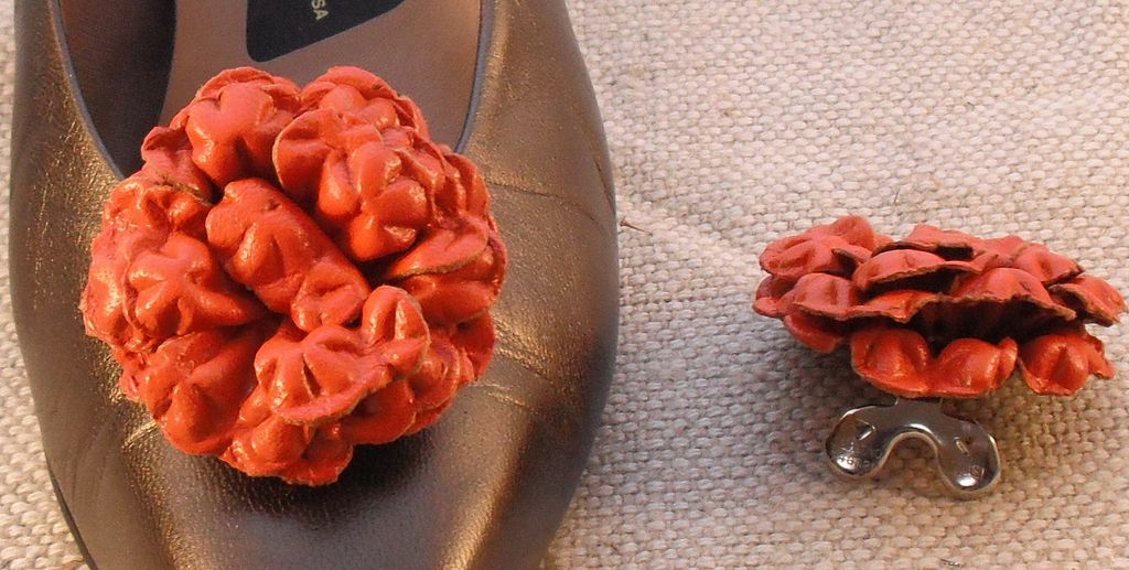 MUSI Shoe Clip – Orange Leather Flower