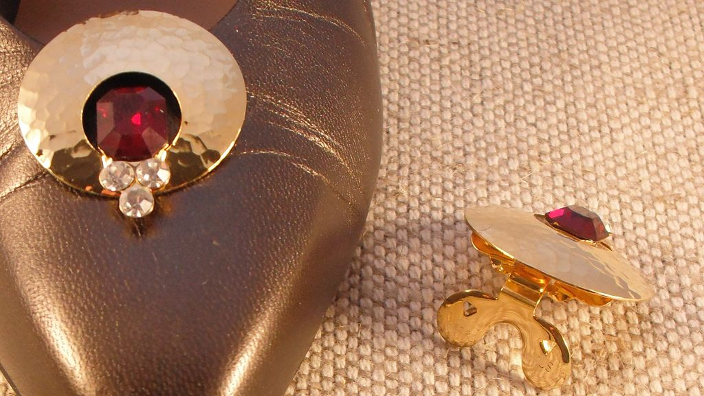 MUSI Round Shoe Clip with Ruby Colored Stone
