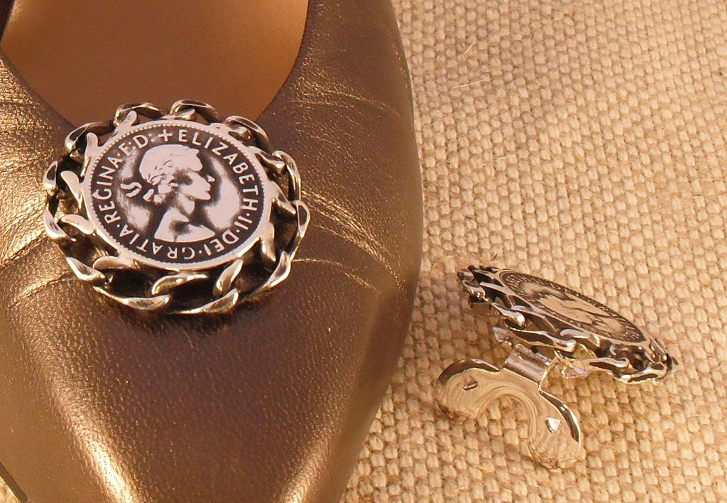 MUSI Round Shoe Clip with Authentic English Coin