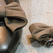 MUSI Shoe Clip – Taupe Faux Suede Bow