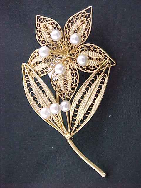 Vintage Gold Plated Filigree Flower Pin with Faux Pearls.