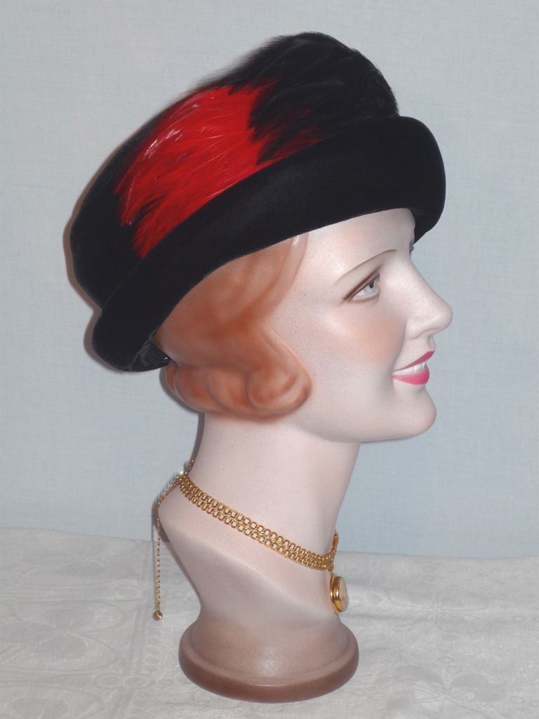 1930s Black Velvet Cloche/Turban Hat With Superb Feather Detail