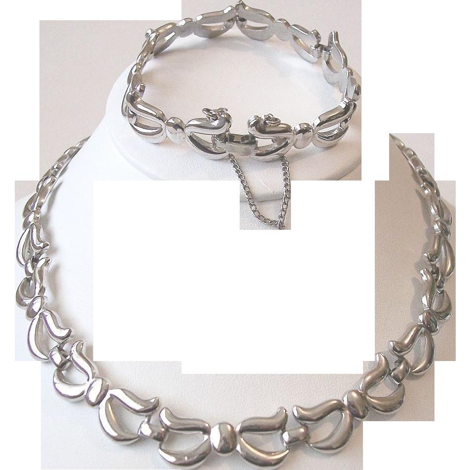 Monet Bow Motif Necklace Bracelet Set