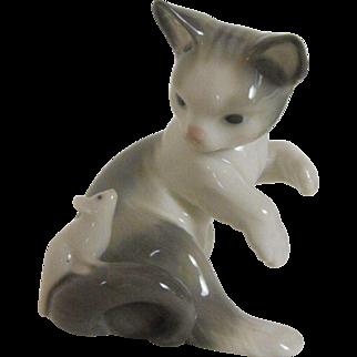 Lladro animal figure: Kitten with Mouse   1984