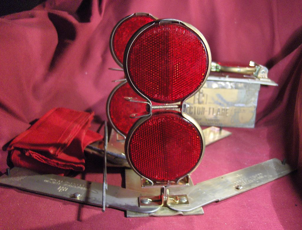 Set of IH Reflector Flares with Windproof Tripod in Metal Box
