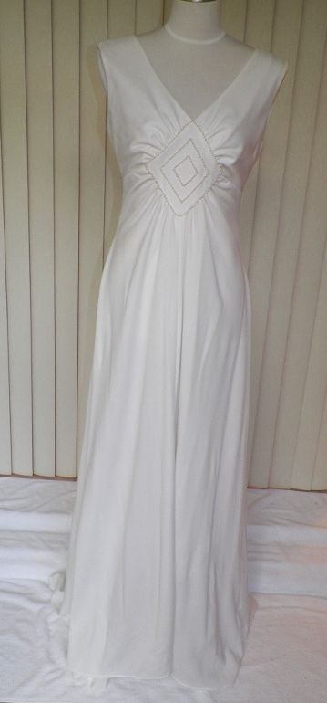 1970s Simple & Elegant White Wedding Gown