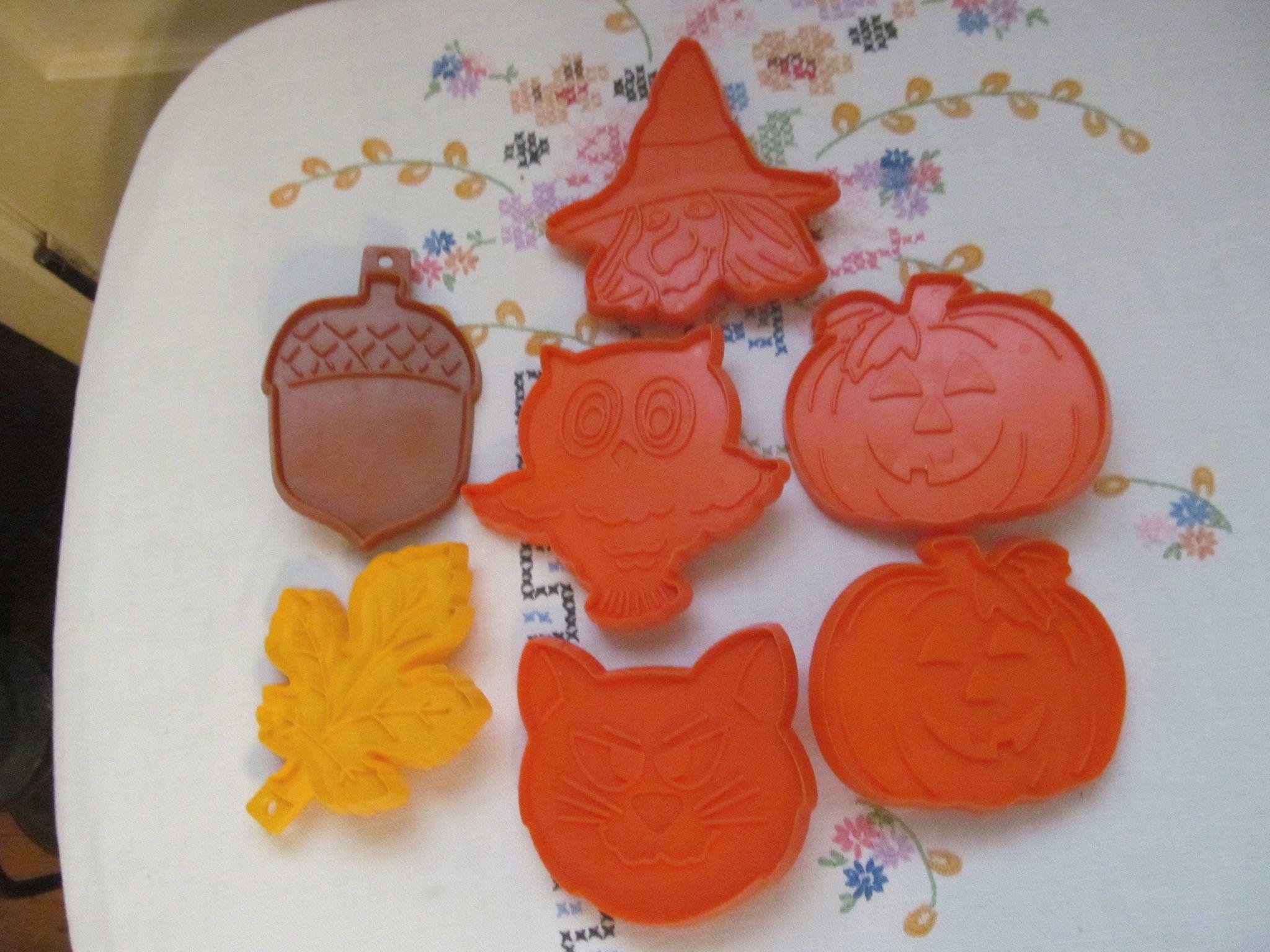 Seven Hallmark Cards Cookie Cutters, Halloween & Seasonal