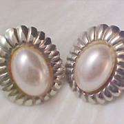 Free Ship~Magnificent 1940s CREAMY Simulated PEARL Cabochon Clip Earrings