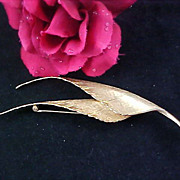 GIOVANNI~ Dimensional  Double Leaf Textured Gold Plate Brooch