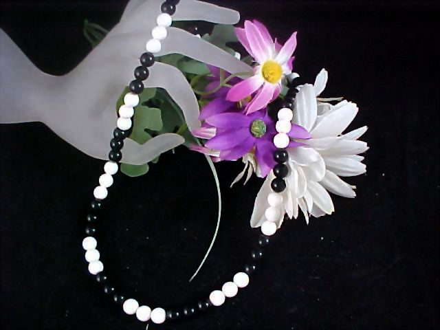 CHARMING Black & White Bead Necklace
