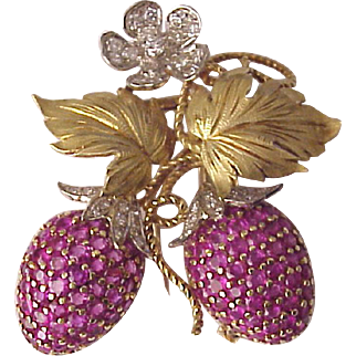 18 and 14 Karet Three Color Gold Strawberry Pin with Diamonds and Burmese Rubies - Circa 1950