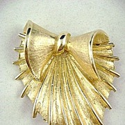 Vintage CORO Unusual Stylish Leaf Pin