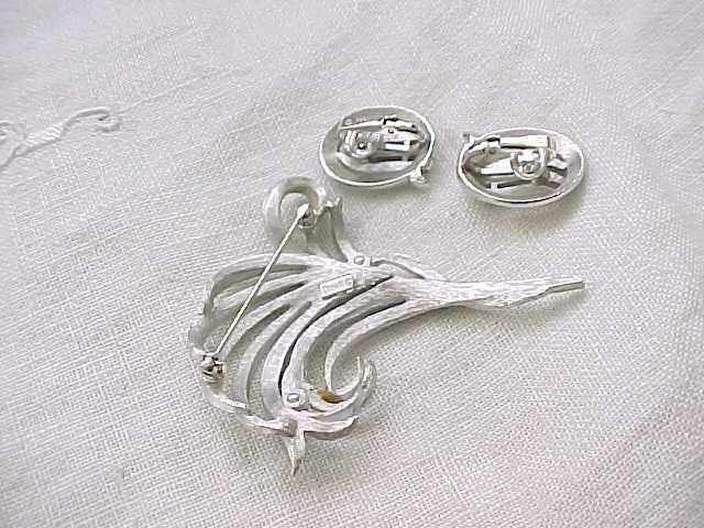 02 - Pretty Trifari Silvertone Pin, Earrings