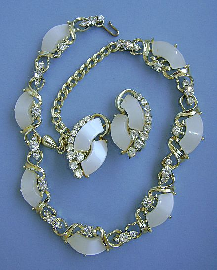 UNSIGNED 60's Thermoset  Plastic Necklace and Earrings