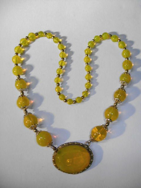 VINTAGE  Unsigned Beauty Glass Necklace  Yellow Yellow!