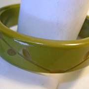 VINTAGE Hand Carved Spinach Color Bakelite Bracelet