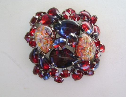 VINTAGE Beautiful Classic Brooch with Great Rhinestones