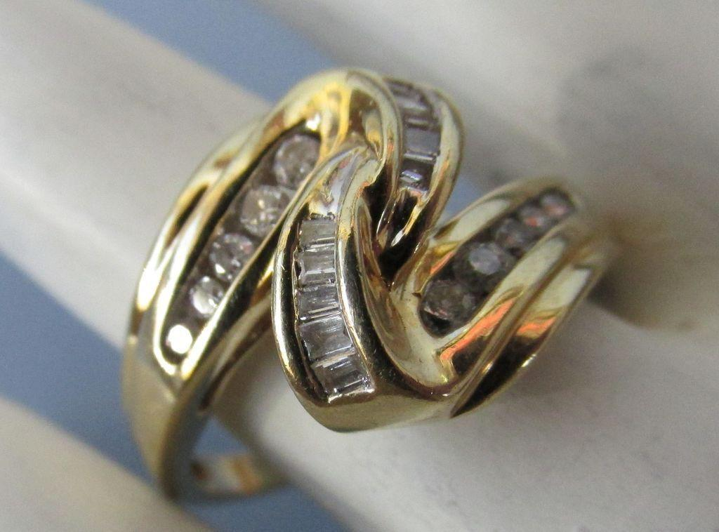 VINTAGE 14k Wave Ring Lovely Diamonds Size 8