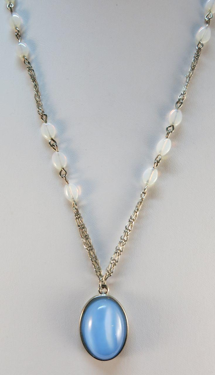 VINTAGE Cat Eye Pendant Necklace  Pretty