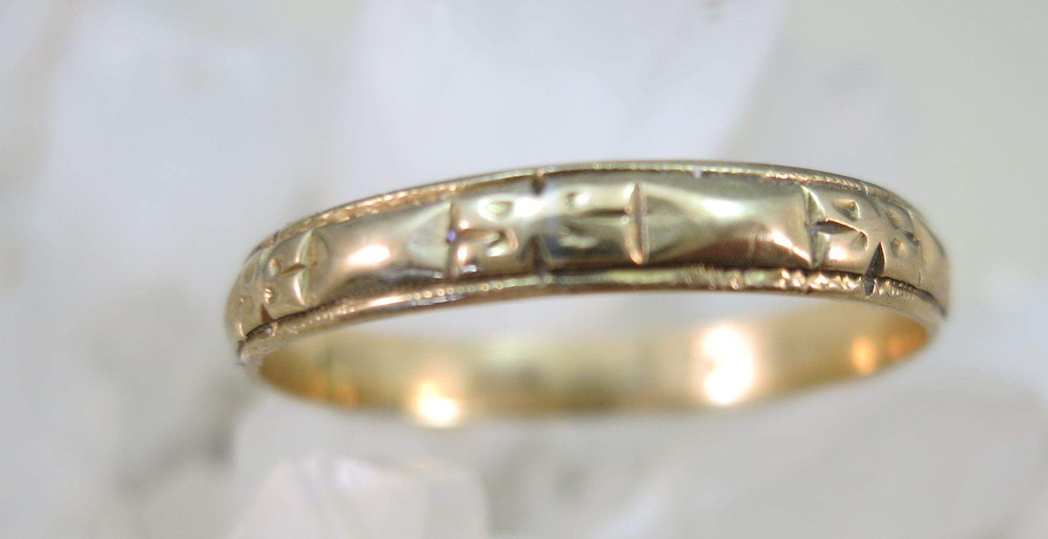 VINTAGE 18k Yellow Gold Flowered Wedding Band  Size 9 1/2