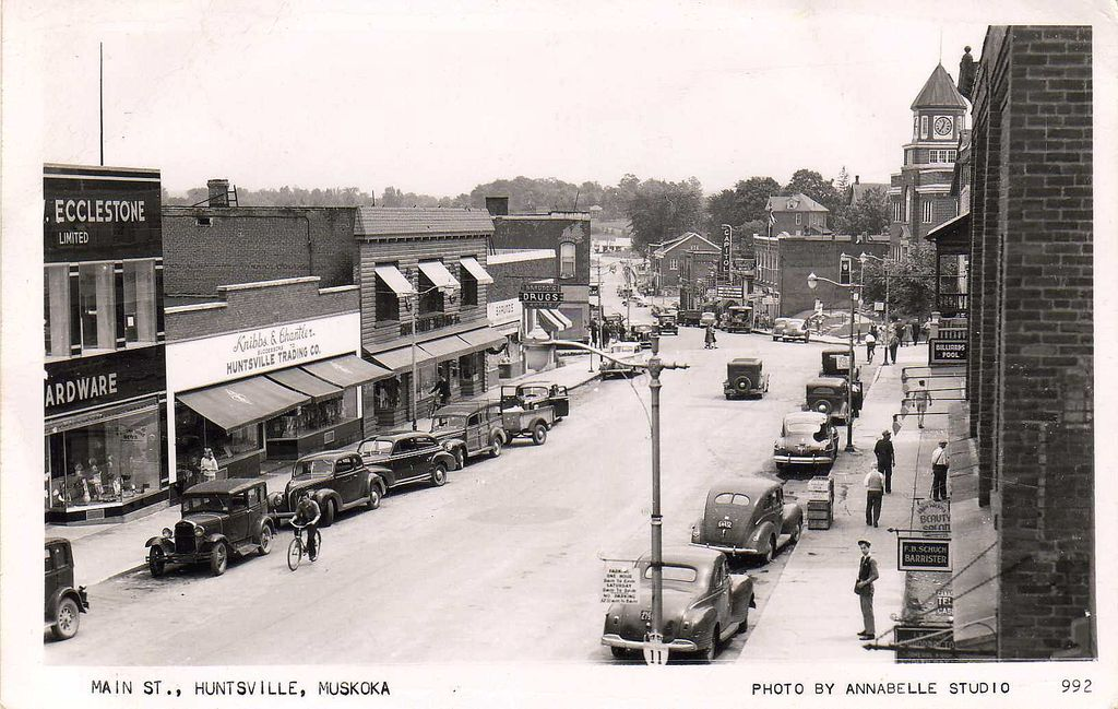 'Main St., Huntsville, Muskoka' - Unused REAL PHOTO Postcard - Ontario, Canada c.1940s