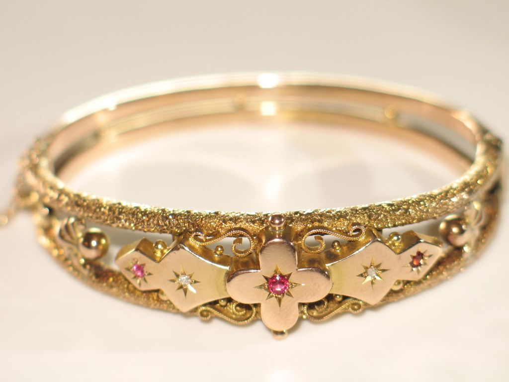 Antique Gold Bracelet with Garnet and Diamond.
