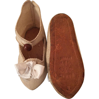 Paris Depose Ivory Colored Doll Shoes Size 10 Bee Symbol