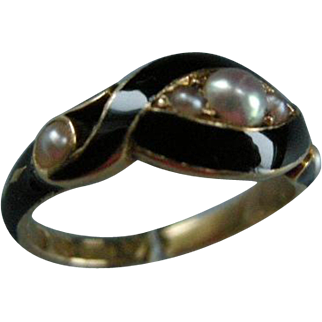 A Victorian 18ct Gold Mourning Ring. Circa 1852.