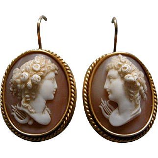 A Pair of Victorian 18 ct Gold Cameo Earrings. Circa 1865.
