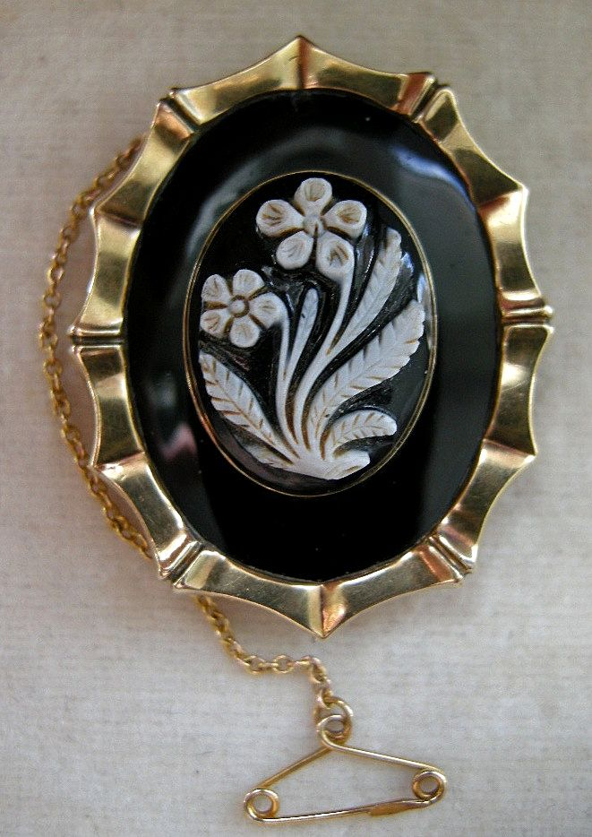 A Victorian 9ct Gold Cased Onyx Cameo Mourning Brooch. Circa 1850.