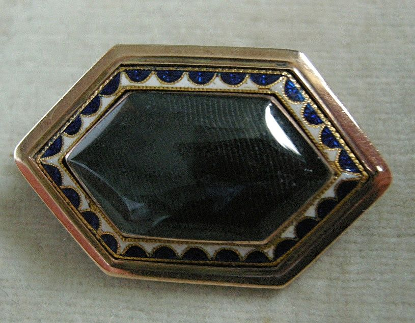 A Georgian 9ct Gold & Enamel Mourning Brooch, Circa 1800.