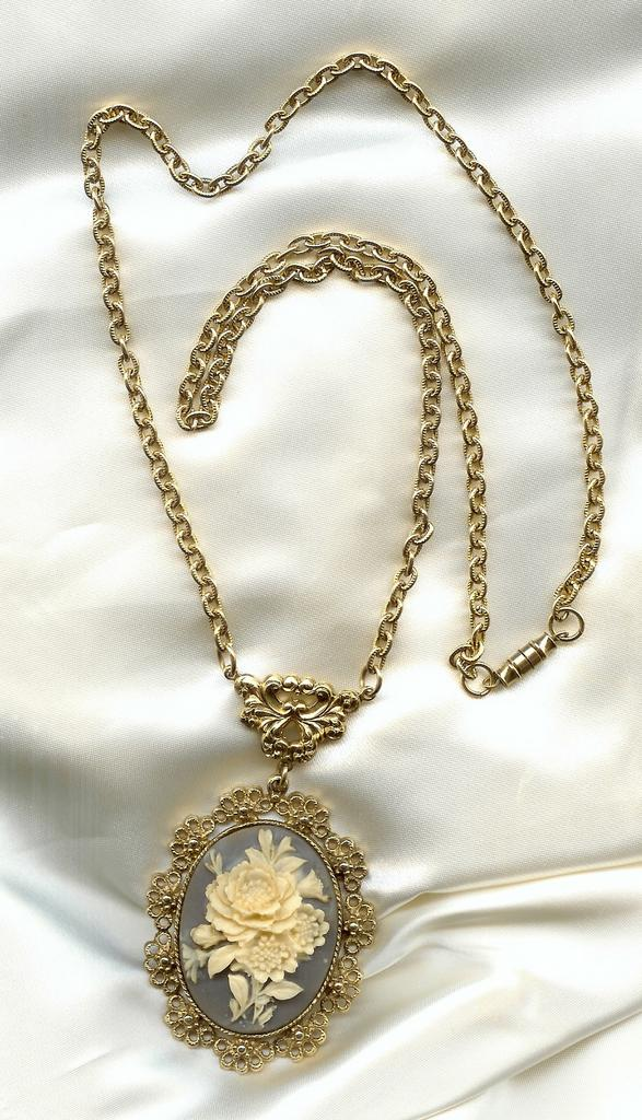 Victorian Styled Pendant Necklace on Beautiful Chain