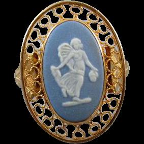 Vintage estate 14k gold Wedgwood England full body angel cameo blue jasperware ring, size 6