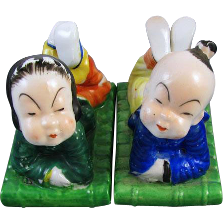 Vintage mid century Made in Japan little boy and girl kissing figurines / hand painted / Asian / Oriental / ceramic / pottery / China / kids