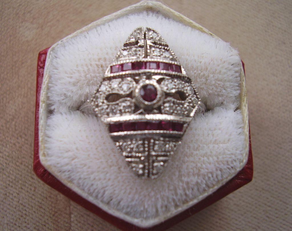 18 Kt. White Gold - Art Deco Diamond & Ruby Filigree Ring - Vintage 1920's - 1930's