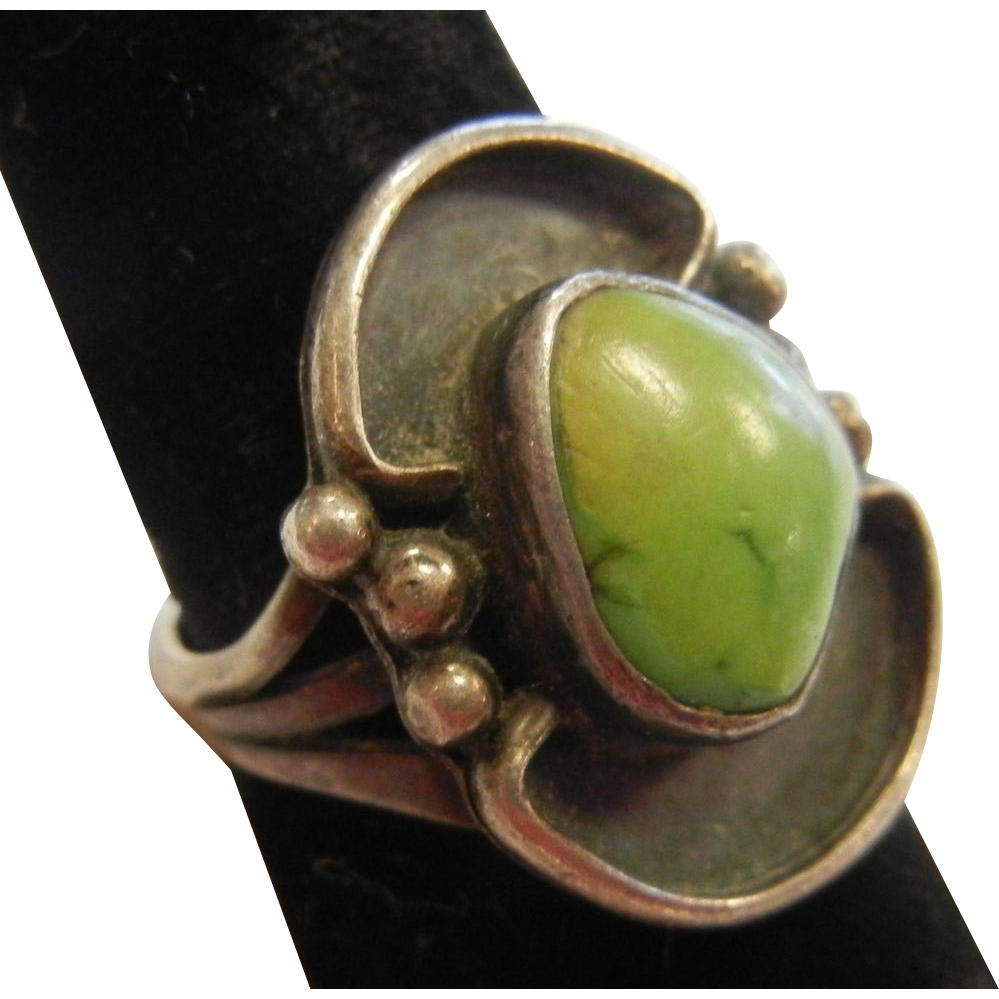 Vintage Southwestern Style Turquoise Adorned Sterling Silver Ring Size: 7
