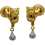 Adorable Vintage Figural Golden Kitty Cats Ball of String Clip Earrings